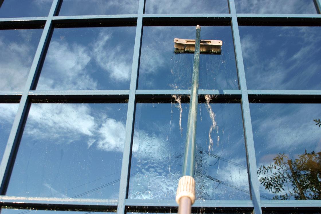 Limpieza de cristales en altura con pértiga